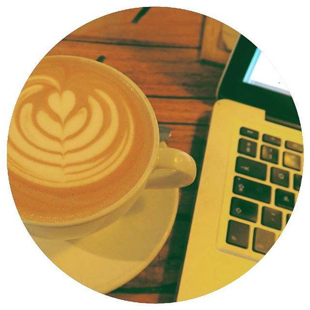 #coffee #coffeetime #laptoplifestyle #type #cappuccino #digitalnomad #entrepreneur #girlboss #womeninbiz #socialmedia #malvamarketing #contentcreation #socialmediastrategy #mycreativelife #workspace #deskfortheday @origincoffeesa