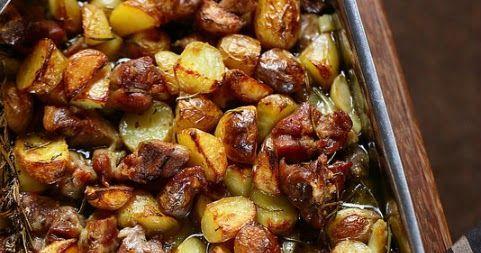 Agneau pascal au four avec des pommes de terre et des herbes comme en Italie. Un plat très facile et un vrai régal.