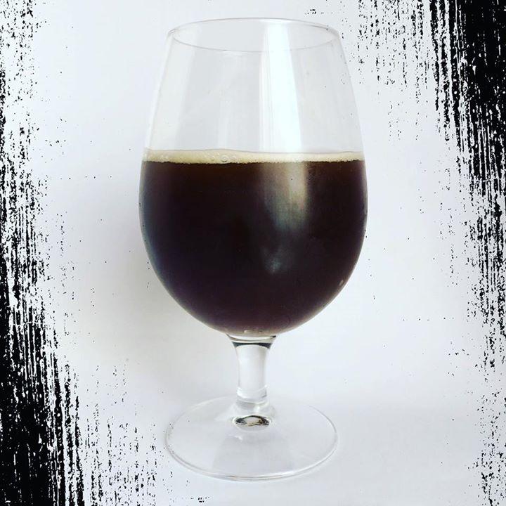 #cataBeerWars 3: Arévaka Yule. Color marrón oscuro espuma escasa. Aroma a ciruelas caramelo y ron. soloartesanas BeerWars