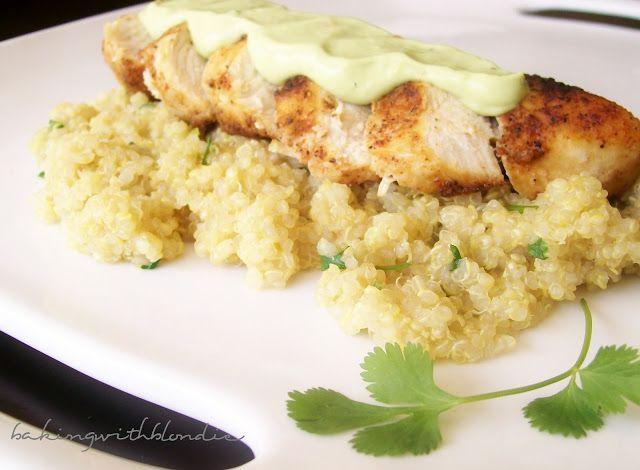 noirci poulet et à la coriandre chaux quinoa Avec yogourt grec purée d'avocat