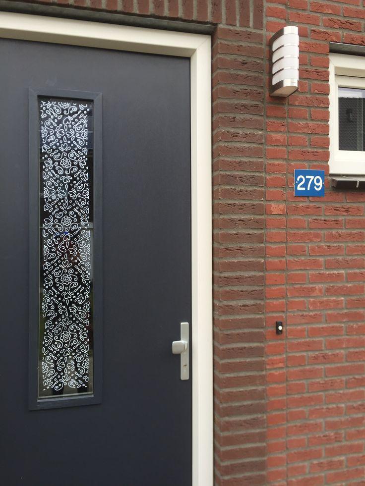Freubelweb maakte met krijtstift een tekening op het glas van haar voordeur met behulp van een mooi patroontje van www.raamtekening.nl