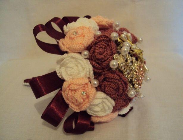 CROCHÊ: buquê de rosas feito de crochê com aplicações de pérolas e strass. Da Pitanga Brasil (www.elo7.com.br/pitangabrasil). R$ 125. Disponibilidade e preço pesquisados em abril de 2014. Sujeitos a alterações