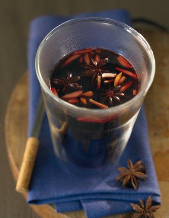 Cassis-Punsch: In diesem Punsch vereinen sich Rotwein, Sternanis, schwarzer Johannisbeersaft und Cassis. Eine besondere Einlage sind feine Mandelstifte.