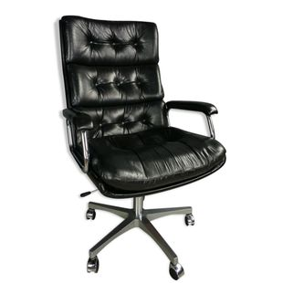 Fauteuil de bureau des années 60, en cuir noir, accoudoirs à structure tubulaire chromée et piétement étoilé en aluminium brossé. De belle facture, une belle patine, pivotant et réglable en hauteu