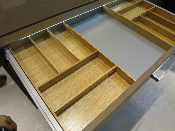 Funkcjonalna kuchnia. Drewniane wkłady do szuflad.