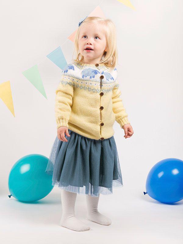 Strikkeopskrift på jakke i pastelfarver til pigen