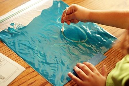 Letters schrijven op een plastic zakje met verf