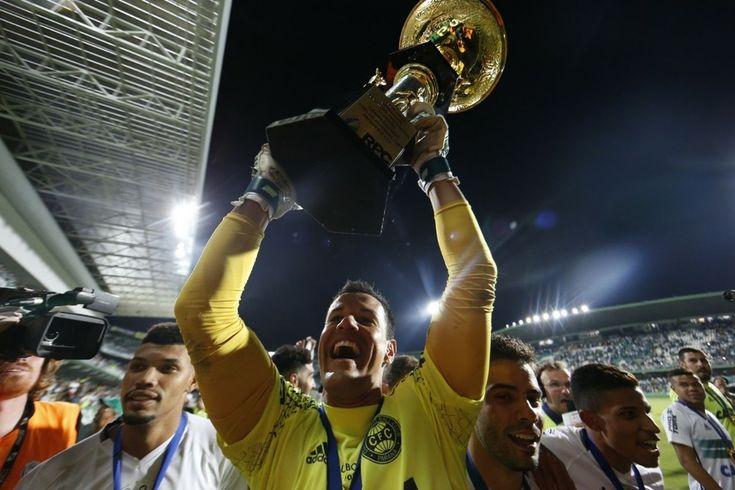 Wilson festeja título; jogadores não entram em polêmicas após a conquista (Foto: Albari Rosa/Gazeta do Povo)
