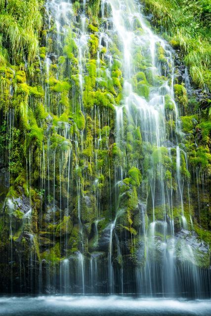 Mossbrae Falls, one of the most beautiful waterfalls in California. Things to do in California during the winter