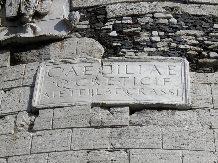 Iscrizione sul tamburo del Mausoleo di Cecilia Metella sulla via Appia a Roma, I secolo a.C.