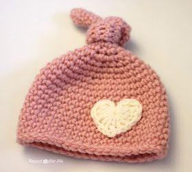 Gorro en crochet, para recién nacido, con adorno corazón.