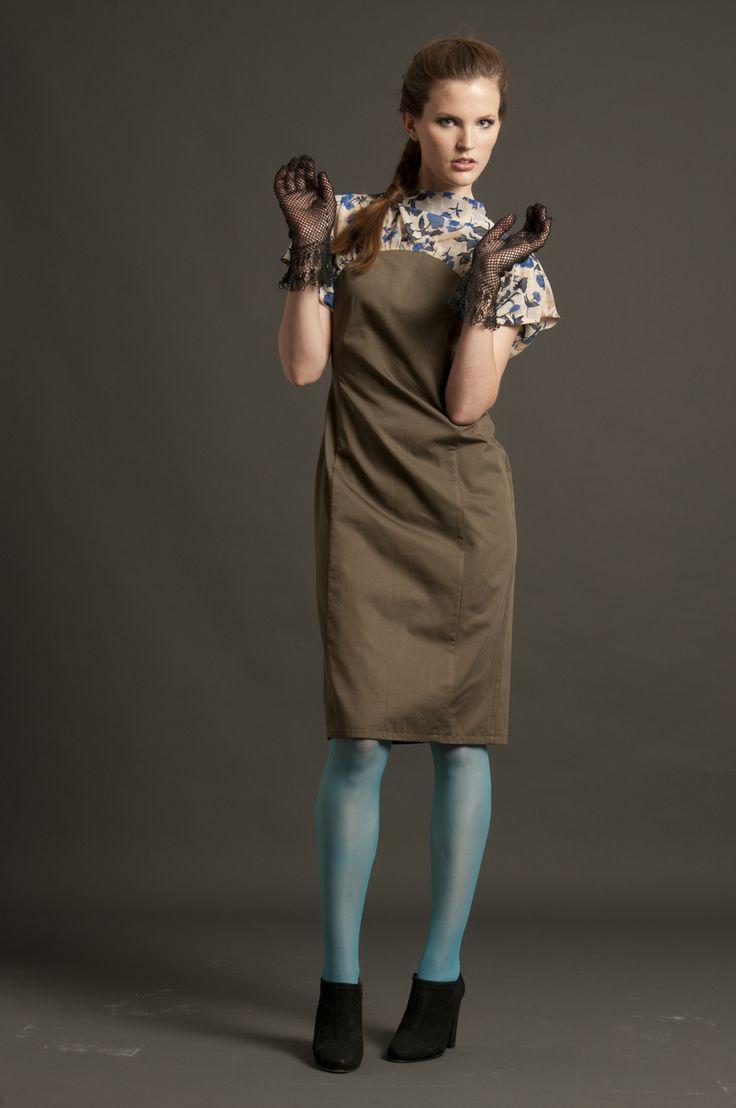 Total look composto da abito in cotone tinta unita e chiffon di seta stampata, motivo floreale. Chiusura sul retro con bottoni in ceramica dipinti a mano. Guanti realizzati a mano con la tecnica filet.