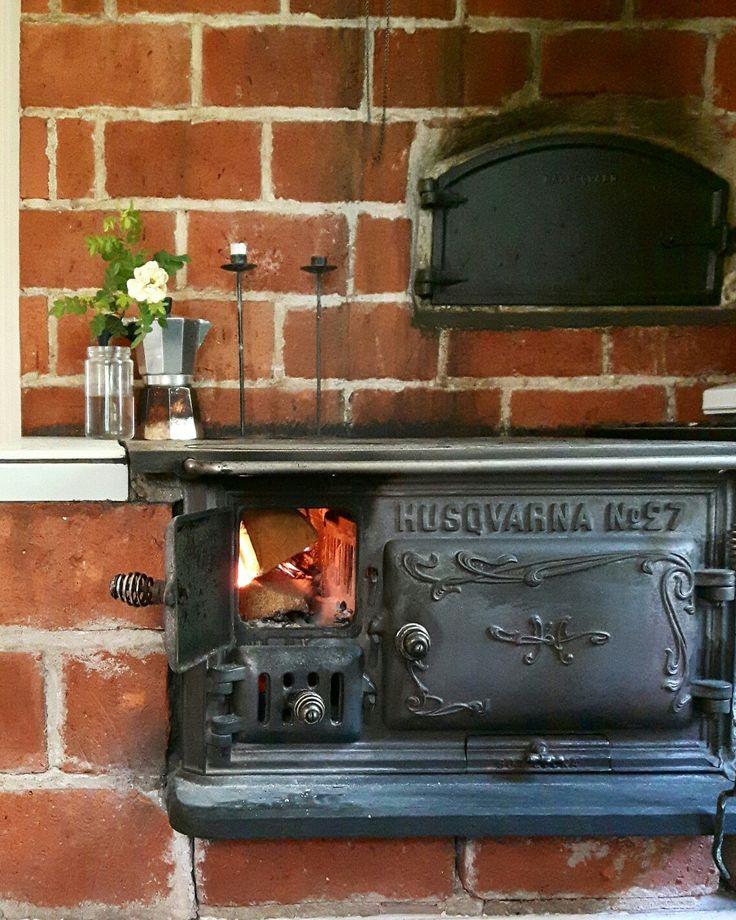24 juni. Det var kallt idag, så vi passade på att elda i vedspisen.  #vedspis #husqvarna #fireplace