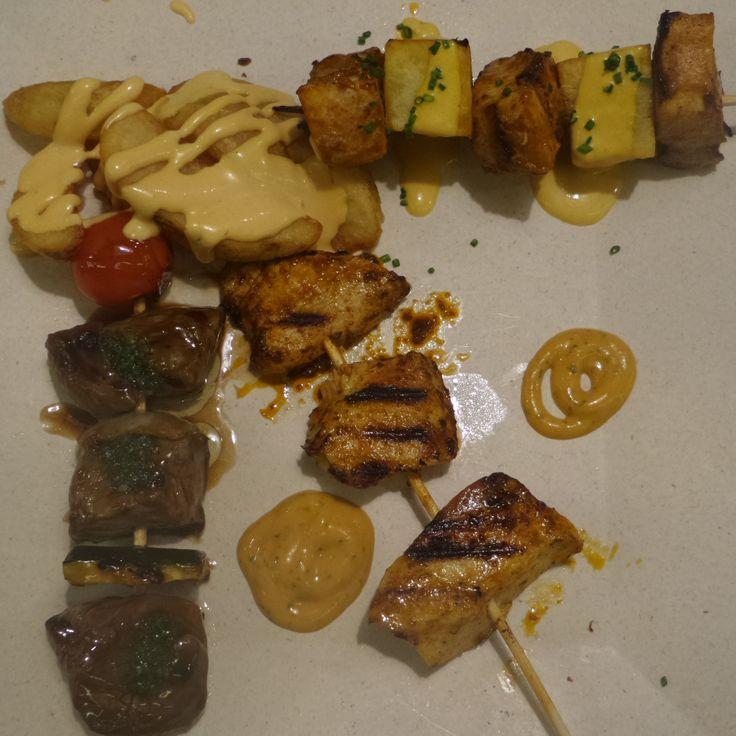 Mix de anticuchos: de solomillo de buey, pechuga de pollo y pez espada. Un plato que puedes compartir en Kinua, el restaurante mexicano de Platea Madrid.
