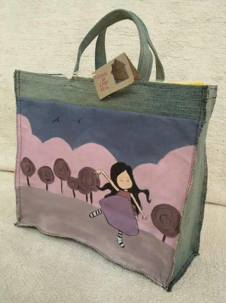 Bolsa de almuerzo de Gorjuss, pintada a mano y confeccionada con telas reutilizadas.  Denim, vaquero, reutilizar, reciclar. www.cosasdecasaazul.blogspot.com