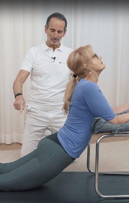 Angeleitet von Schmerzspezialist Roland Liebscher-Bracht führt eine Patientin e…