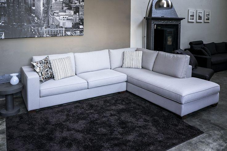 Mino è il nuovo divano realizzato allo staff della nostra azienda. Il suo design minimalista e moderno si adatta perfettamente a qualsiasi tipo di ambiente dal classico al contemporaneo.