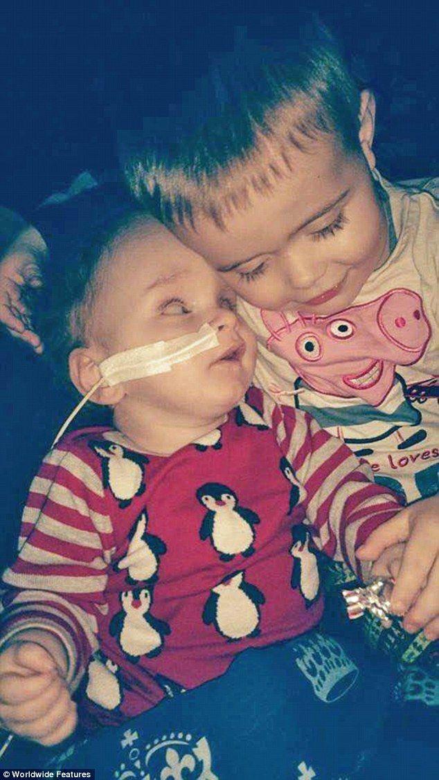 """""""Aron Mouri est un vrai bébé miracle. L'enfant écossais est né avec une malformation appelée Holoprosencephaly qui le destinait à une mort prématurée. Sa survie, deux ans plus tard, défie tous les pronostics."""""""