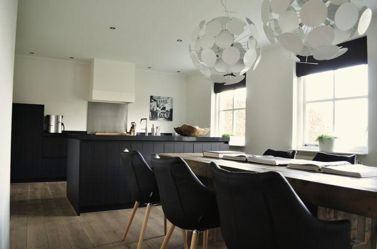 Keuken, stoer design, zwart/wit gecombineerd met warm hout geeft een sfeervol geheel  www.irmavantoledo.nl
