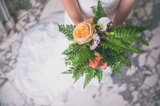 Fotocredit: FOTOZEE (http://fotozee.nl/) - Pinterested @ http://wedspiration.com. #nature #wedding #stylingshoot #ferns #bouquet, varen, fern, orange rose, oranje roos, roses, rozen