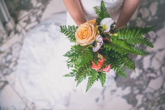 Fotocredit: FOTOZEE (http://fotozee.nl/) - Pinterested @ http://wedspiration.com. #nature #wedding #stylingshoot #ferns #bouquet, varen, fern, orange rose, oranje roos, roses, rozen