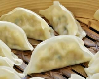 Raviolis chinois à la vapeur : http://www.fourchette-et-bikini.fr/recettes/recettes-minceur/raviolis-chinois-a-la-vapeur.html
