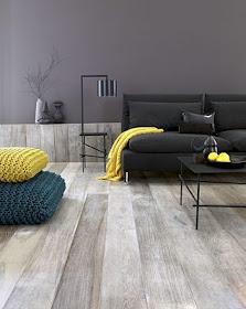 gris foncé, accents jaunes et bleu, plancher bois délavé