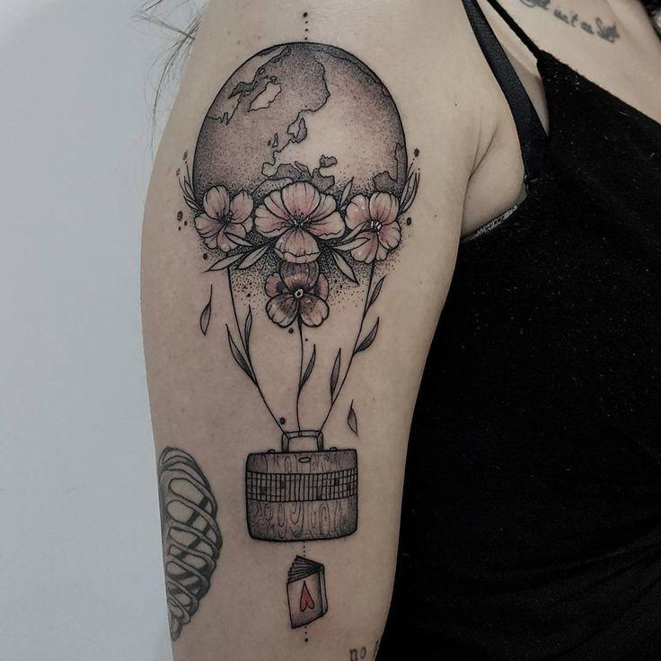 Tatuagem feita por Jess Tattooer.  O mundo é um balão.  #tattoo #tatuagem #art #arte #delicada #sweet #fofa #balao #mundo