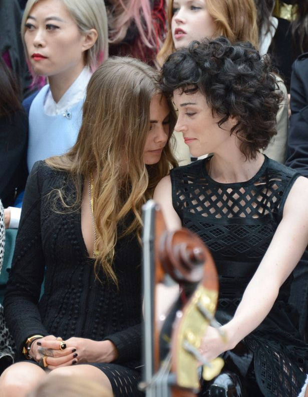 Cara Delevingne kisses girlfriend St Vincent as they gaze into each other's eyes in rare PDA - TheCelebrityauction.co