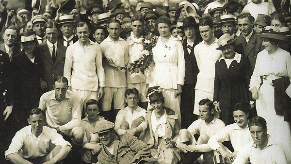 Ajax viert het eerste kampioenschap van Nederland. Het team van Jack Reynolds, liggend op de voorgrond, won uit bij Willem II met 0-3. Theo Brokman en Jan van Dort maakten op 9 juni 1918 de beslissende doelpunten.