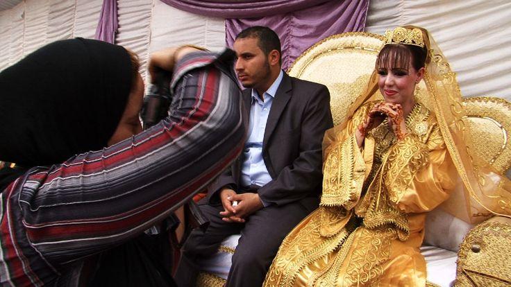 Camera/Woman (Karima Zoubir, Marokko 2012) Khadija is veelgevraagd fotografe op bruiloften in Casablanca. Regisseur Karima Zoubir laat in Camera/Woman zien hoe Khadija als gescheiden vrouw aankijkt tegen de sprookjeshuwelijken die ze voor de lens krijgt.