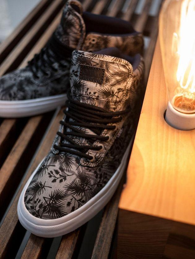 Le sneakers sono le scarpe più indossate in assolute da teenager e donne. Sia che siano scelte per fare attività sportiva, o per vestire uno stile casual da tempo libero, o ancora da indossare sfacciatamente sotto un mini dress per aver quel tocco glamour in più. Ormai tutti le amano e tutti ne hanno un paio..  http://blog.anitalianbrand.com/mag/scopri-le-sneakers-piu-trendy-di-questa-estate/#.U_Nbvfl_t8E