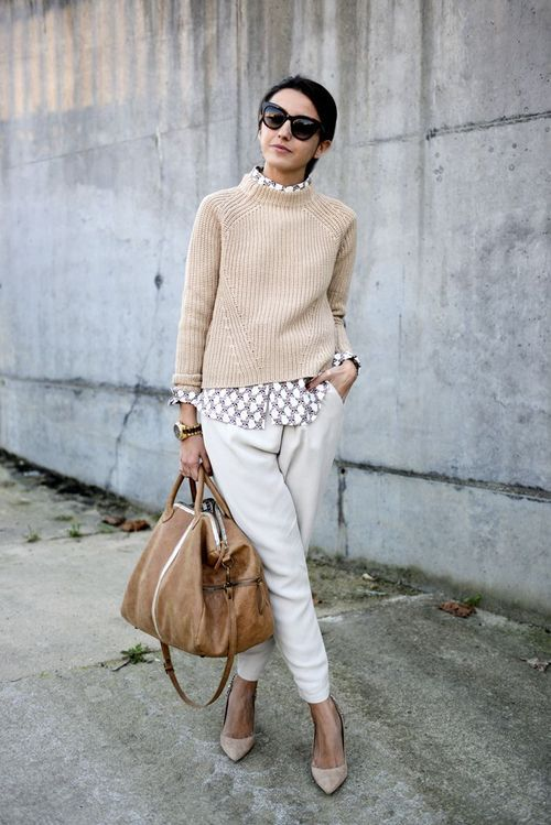 Parisian Street Style - White pants, patterned shirt and a beige sweater. Nude pointy pumps and a big brown bag.