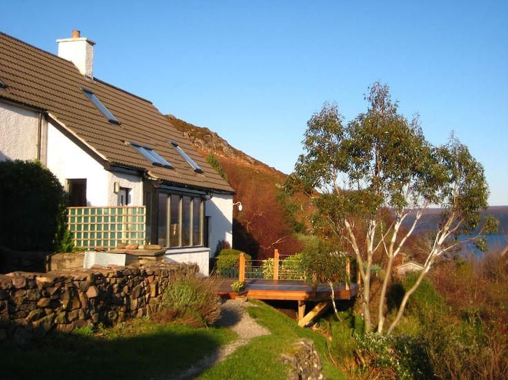 Haus in near Applecross, Vereinigtes Königreich. B&B with 2 guest rooms within our home. One double and one twin room. Shared bathroom. Breakfast included. A perfect place to 'get away from it all' and enjoy the amazing scenery and wildlife in the remote but beautiful north west coast of Scotlan...