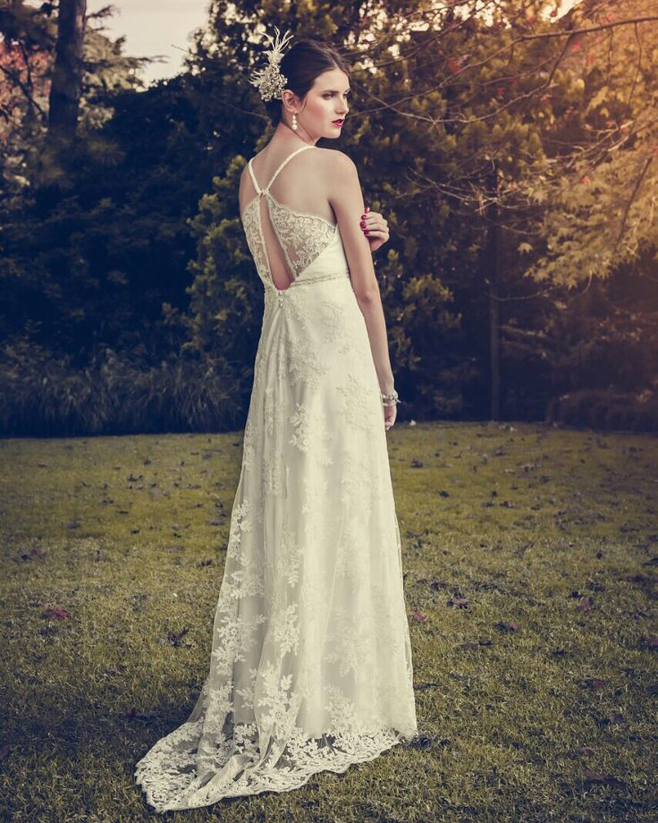 Vestido de encaje francés en color manteca. #boxinwhite #vestidodenovia #novias #weddingdress #brides #weddingphotography #weddingstyle #romanticstyle #headpiece #weddingideas #lace