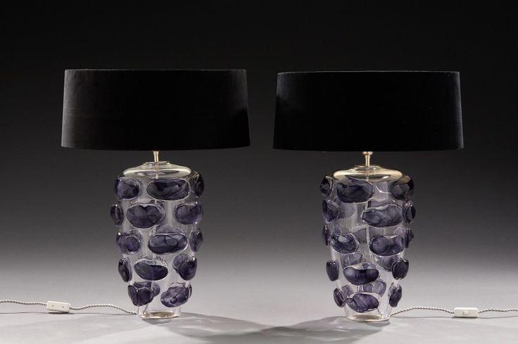 Paire de lampes en verre à décor en relief de cabochons en verre teinté mauve. - H: 50 cm.