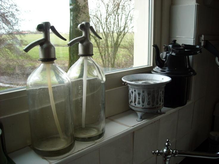 2 mooie glazen spuitflessen en daarbij het witte theelichtje van schoonmoeder en de zwarte ketel. Een mooie combinatie.