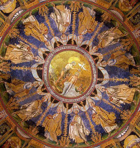 Mosaico situado en la cúpula del Baptisterio de los Ortoxos en Rávena. Se muestra un pasaje del Nuevo testamento, concretamente el bautismo de Jesucristo. Alrededor aparecen los doce apóstoles cristianos.