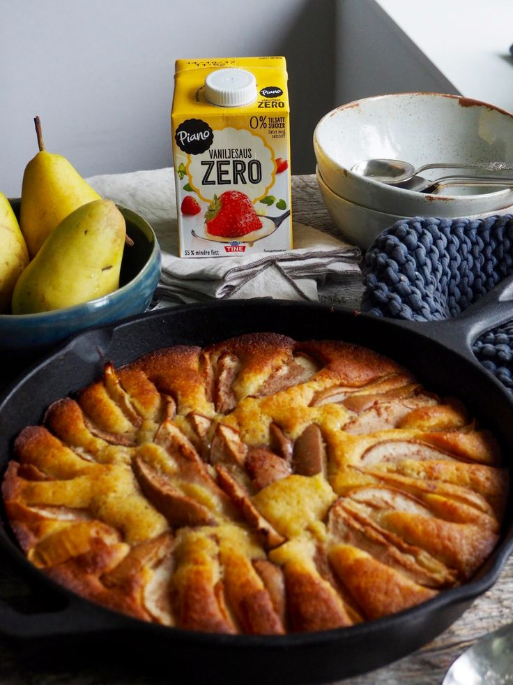 lettvint pærekake med vaniljesaus
