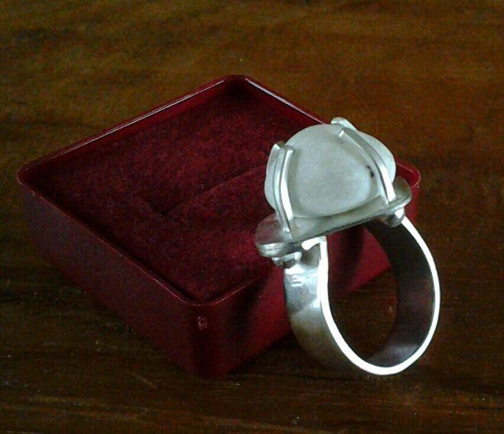 Zilveren ring met kiezel uit tuin (jammer dat ik geen tuin heb ;-)  )