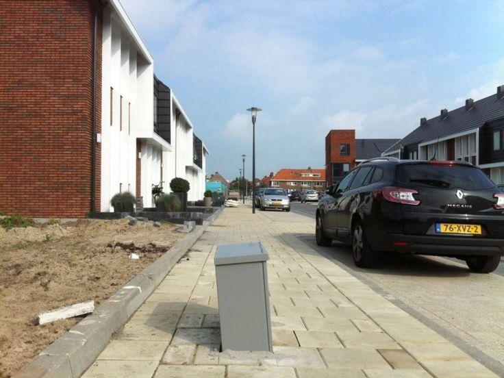 De stratenmakers in de Kattegatstraat werkten keurig om dit electriciteitskastje heen. foto Olger Koopman #Kampen
