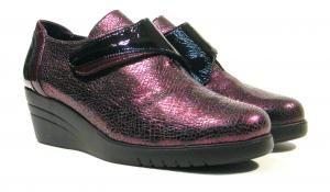 Zapatos de cuña con cierre de velcro Sabrinas  Zapatos confort para mujer de la marca española Sabrinas modelo Sttugar 70020. Zapatos realizados en piel metalizada color burdeos con detalles de charol negro y burdeos. Cierre de velcro. Forros interiores de piel. Cuña de goma flexible de aproximadamente 55 cms. Muy ligeros. Sabrinas Made in Spain. http://ift.tt/2e8rS4D