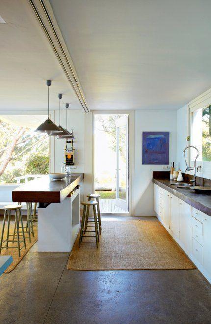 Une cuisine moderne en béton tout en longueur