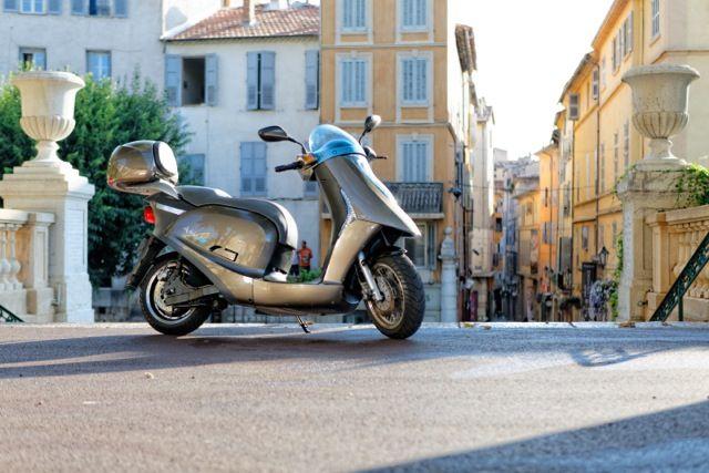 Citadin hors pair, confortable et facile d'utilisation, l'Artelec 670 vous accompagnera partout en ville dans un silence aussi majestueux que son design. Equivalent à un scooter 125cm3, l'Artelec 670 présente des prestations routières supérieures. Animé par un moteur électrique 6000W, 10 000W crête, il dispose d'une autonomie de 75 à 120 km selon l'usage voie rapide ou urbain du scooter.