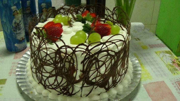 Aprenda a fazer bolo de Frutas e Decoração com Chocolate.