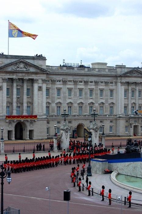 La relève de la garde à Buckingham Palace | Erasmusez-vous à Londres https://www.facebook.com/ma.caisse.epargne.normandie#!/ma.caisse.epargne.normandie/app_159166830947571