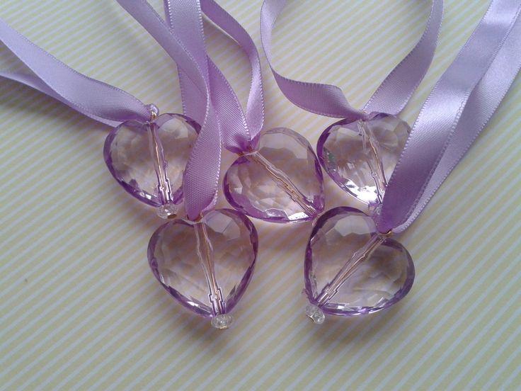 Colar da princesinha Sofia, para que todas as meninas sintam-se princesas de verdade! <br>Pingente em forma de coração imitando um cristal lilás, preso por fita de cetim.