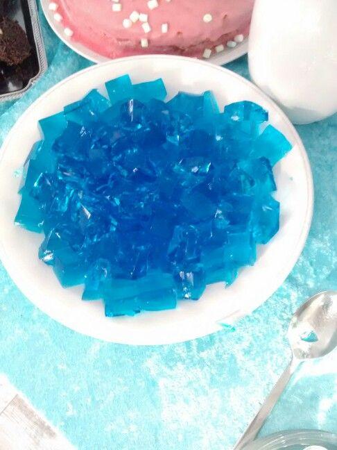 Blauer Wackelpudding Eiskönigin Frozen Party. Man nehme Sprite, Zucker, blaue Lebensmittelfarbe und Gelantine, und fertig ist der blaue Wackelpudding