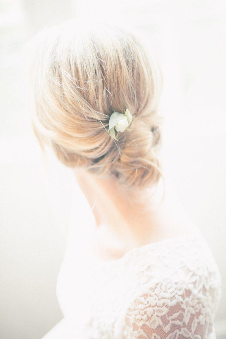 Enkel bröllopsuppsättning. Klänning från Tekla dress. Fotograf Rebecac Wallin