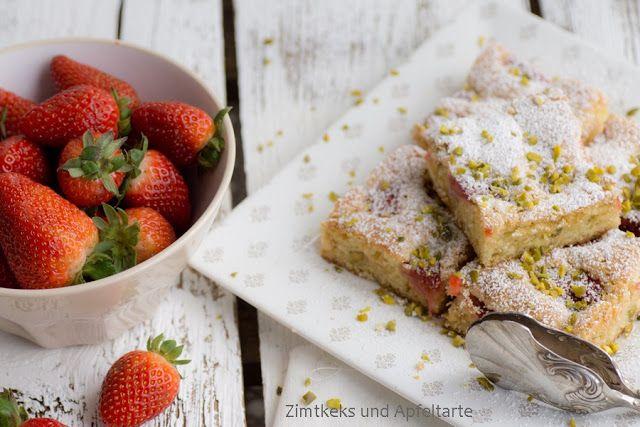 White Chocolate-Blondies </br>mit Erdbeeren und Pistazien